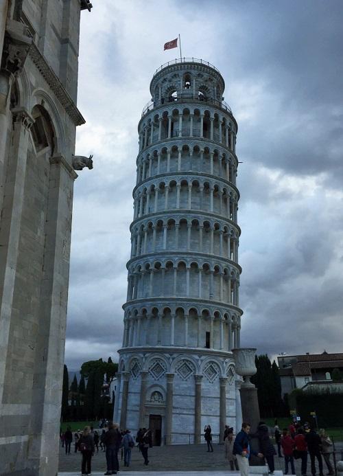 イタリアのピサの斜塔