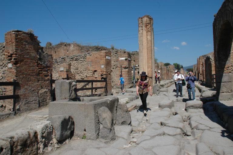 ローマ発ポンペイ遺跡 日帰り観光 一日ツアー 希望者はナポリでランチ