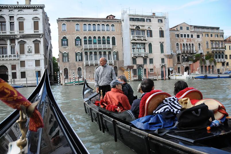 ベネツィアのゴンドラで運河の景色や音楽を楽しもう。日本語でお手伝い
