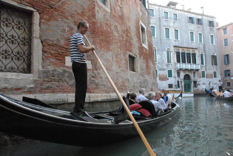 ベネツィアでゴンドラ運河観光ツアー